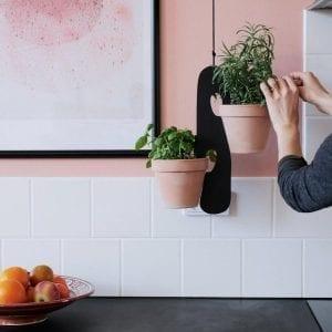 planteophaeng i sort - blue appeal - opbevaring af urter koekken - planteholder - dansk design - modernhousedk
