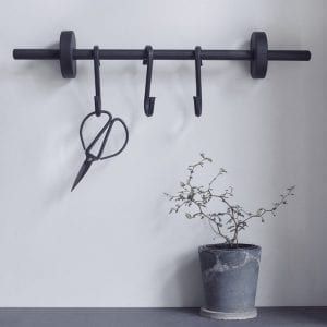 knager-i-sort-hook-to-hang-boligindretning-dansk-design-boligtilbehor-nordic-function
