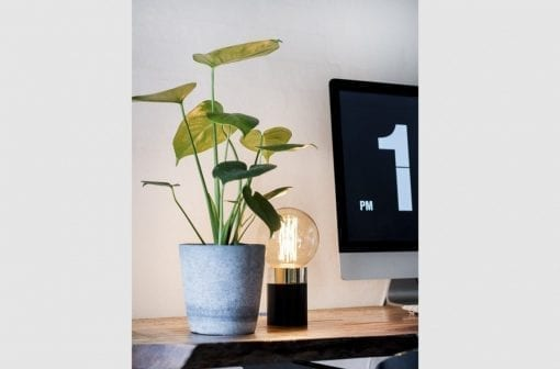 sort bordlampe - bordlampe i sort - boligindretning - dansk design - by holmer - modernhouse - inspiration - stuen