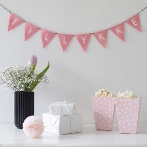 TFFR8 - Flagranke i lyseroed - Foedselsdag - Tillykke - Indretning - Felius - Birthday - Design - Interior - Decoration - Boernevaerelse - Pige - Guirlande - Babyshower - Barnedaab - Rosa - modernhousedk